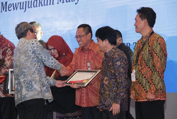 PLN menerima penghargaan dari PLN.