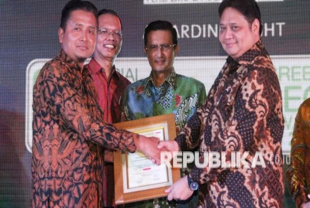 PLN Raih penghargaan Social Business innovation Award dan Green CEO 2016.
