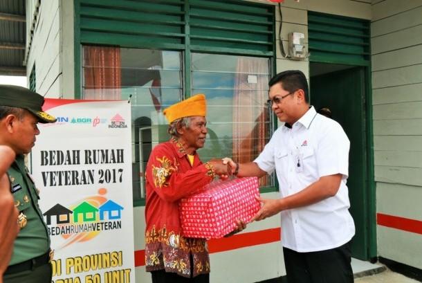 Plt Direktur Utama Semen Indonesia, Darmawan Junaidi, menyerahkan simbolik kepada salah satu penerima Program Bedah Rumah Veteran.