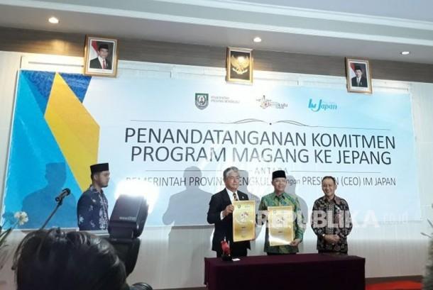 Plt Gub Bengkulu Rohidin Mersyah (ke dua dari kanan) dan Penasihat Perwakilan International Manpower Development Organization Japan (IM Jepang) Jakarta Gitetsu Nishijima menandatangani kerja sama program pemagangan ke Jepang di di Kota Bengkulu, Jumat (17/11).