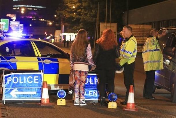 Polisi berada di Manchester Arena usai terjadi ledakan di konser penyanyi Ariana Grande di Manchester, Inggris, Senin, 22 Mei 2017.