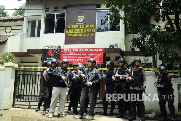 Polisi berjaga-jaga di TKP Kantor Kelurahan Arjuna dalam peristiwa peledakan bom panci oleh teroris, di Taman Pandawa, Kota Bandung, Senin (27/2).