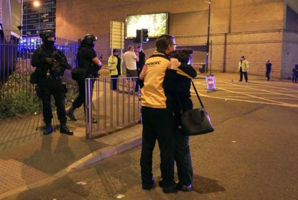 Polisi bersenjata berjaga di Manchester Arena usai ledakan saat konser Ariana Grande di Manchester, Inggris, Senin, 22 Mei 2017.