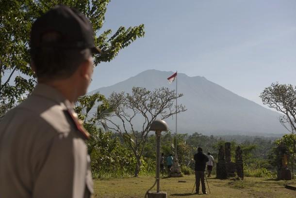 Polisi dan warga memantau aktifitas Gunung Agung di Pos Pemantauan Desa Rendang, Karangasem, Bali, Jumat (15/9).