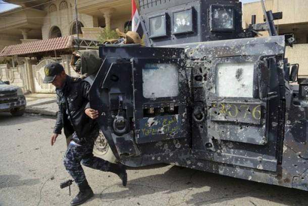 Polisi Irak keluar dari kendaraan perangnya yang rusak selama perang antara pasukan keamanan Irak dan militan ISIS di Mosul barat, Irak, Rabu, 1 Maret 2017.