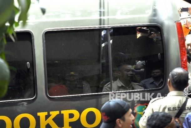 Polisi membawa pelaku bom panci ke dalam mobil ambulans di Kantor Kelurahan Arjuna, Jalan Arjuna, Kota Bandung, Senin (27/2).