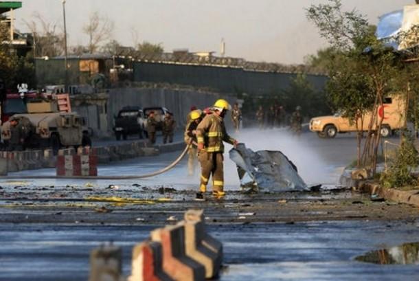 Polisi membersihkan daerah bekas ledakan bom bunuh diri di Afghanistan. (ilustrasi)