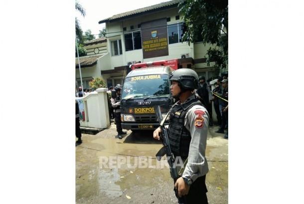 Polisi mengamankan kantor Kelurahan Arjuna, Kecamatan Cicendo, Kota Bandung, pada Senin pagi (27/2) setelah terjadi ledakan.