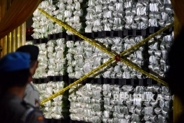 Polisi menyegel gudang penyimpanan beras yang dipalsukan kandungan karbohidratnya dari berbagai merk di gudang beras PT Indo Beras Unggul, di kawasan Kedungwaringin, Kabupaten Bekasi, Jawa Barat, Kamis (20/7) malam.