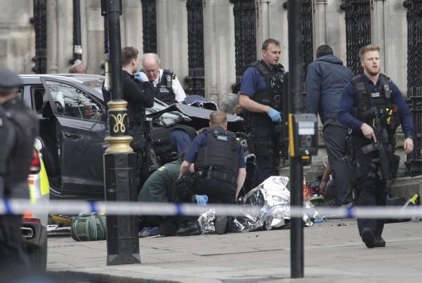 Polisi sedang mengevakuasi salah satu korban serangan Westiminster Bridge, London