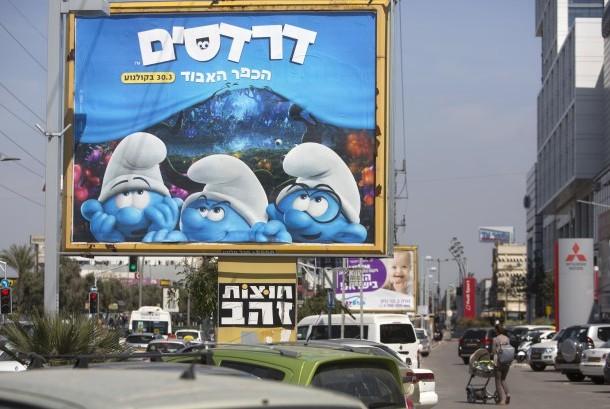 Poster film Smurfs: The Lost Village hadir tanpa sosok Smurfette untuk promosi di salah satu kota di Israel.