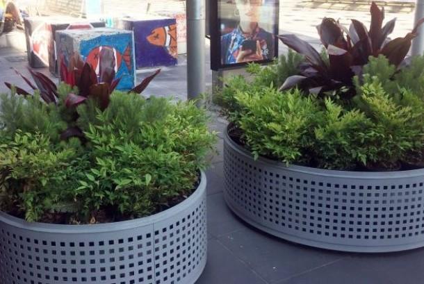 Pot tanaman yang dipasang di kawasan Bourke St Mall di pusat Kota Melbourne, sekaligus menjadi penghalang bagi kemungkinan serangan dengan menggunakan kendaraan.