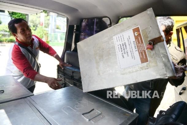 PPK Menteng mendistribusikan hasil rekapitulasi Pilkada DKI Jakarta ke KPUD Jakarta Pusat, Jakarta, Senin (24/4).