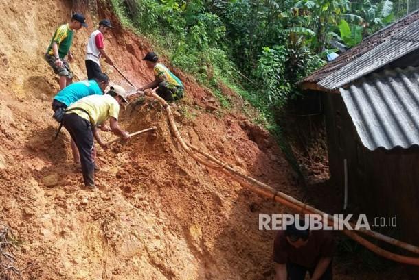 Prajurit Yonif Raider 323 Kostrad membantu korban bencana alam banjir dan tanah longsor di Pangandaran.