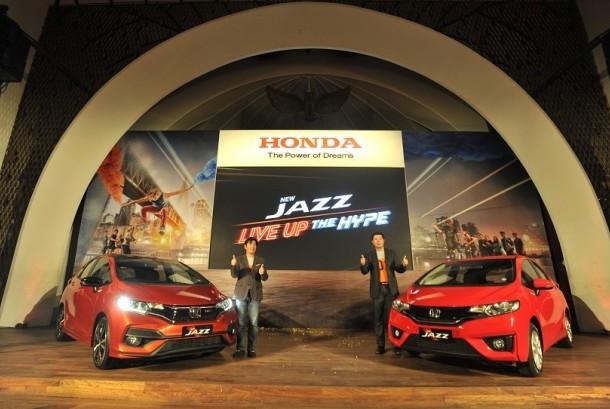 Presdir PT Honda Prospect Motor (PT HPM) Takehiro Watanabe (kiri) bersama Direktur Pemasaran dan Layanan Purna Jual Jonfis Fandy (kanan) berpose dengan mobil New Honda Jazz saat peluncurannya di Jakarta, Rabu (26/7).