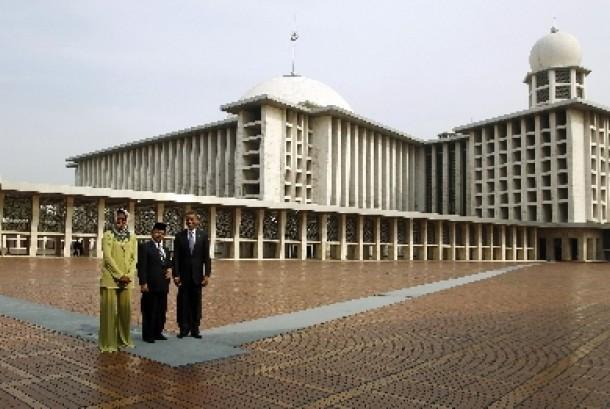 Presiden AS Barack Obama dan istri, Michelle Obama saat berpose bersama Imam Masjid Istiqlal, KH Ali Mustofa Yakub.