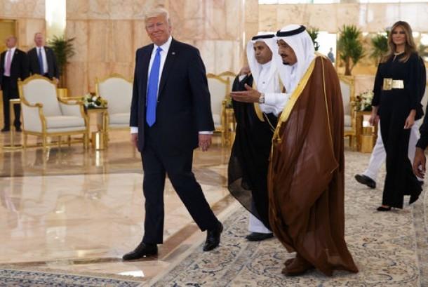 Presiden AS Donald Trump berjalan bersama Raja Arab Saudi Salman usai upacara penyambutan di Royal Terminal King Khalid International Airport, Riyadh, Sabtu, 20 Mei 2017.