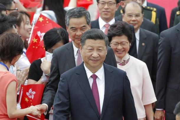 Presiden Cina Xi Jinping ditemani Pemimpin Eksekutif baru Hong Kong Carrie Lam (kanan belakang) di bandara Hong Kong, 29 Juni 2017.