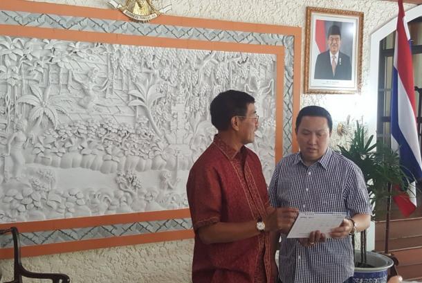 Presiden Direktur Adaro Energy, Garibaldi Thohir berbincang dengan Duta Besar Republik Indonesia untuk Thailand, Ahmad Rusdi (kiri), di sela pertemuan informal di Bangkok, Ahad (17/12).