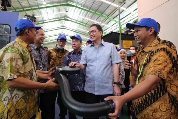 Presiden Direktur PT Astra International Tbk Prijono Sugiarto (kedua kanan) saat melakukan kunjungan lapangan ke PT Laksana Teknik Makmur (LTM), di Cileungsi, Bogor, beberapa waktu lalu. LTM merupakan salah satu mitra binaan Astra yang berhasil naik kelas dari industri kecil menjadi industri menengah.