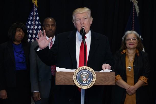 Presiden Donald Trump (tengah).