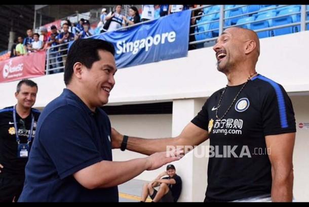 Presiden Inter Milan Erick Thohir menyalami Luciano Spalletti di Stadion Nasional, Singapura, Rabu (26/7).