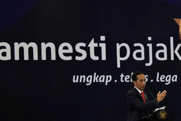 Presiden Joko Widodo berbicara pada Sosialisasi Kebijakan Amnesti Pajak di Semarang, Jawa Tengah, Selasa (9/8) malam.