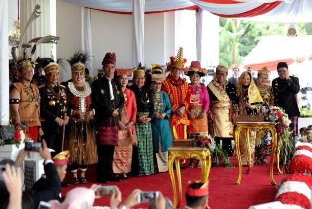 Presiden Joko Widodo berfoto bersama pemenang kostum baju adat terbaik usai Upacara Detik-detik Proklamasi di Istana Merdeka, Jakarta, Kamis (17/8). Pada perayaan kemerdekaan ke-72 Republik Indonesia mengangkat semangat