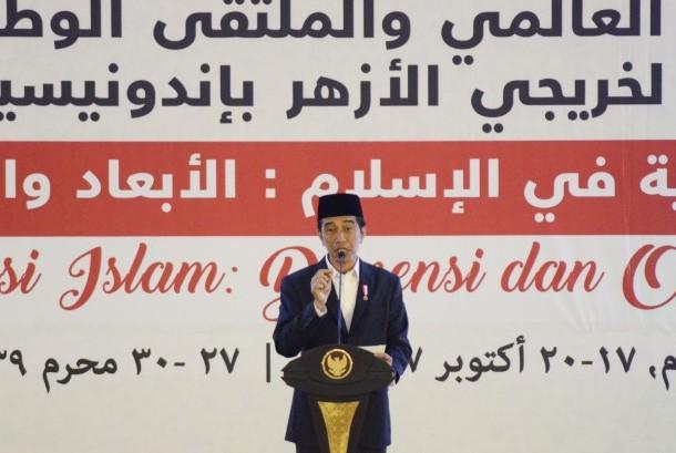Presiden Joko Widodo berpidato saat menutup Konferensi Internasional Alumni Al Azhar di Islamic Center NTB di Mataram, Nusa Tenggara Barat, Kamis (19/10).