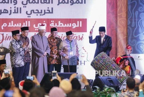 Presiden Joko Widodo bersama Menteri Agama Lukman Hakim, Gubernur NTB TGH Muhammad Zainul Majdi, dan Profesor Quraish Shihab menutup Konferensi Internasional dan Multaqa IV Alumni Al Azhar di Islamic Center NTB, Kamis (19/10) sore.