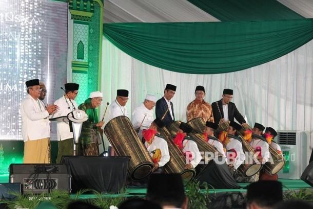 Presiden Joko Widodo bersama Rais Am, Mustasyar, dan Ketum PBNU, serta Gubernur NTB menabuh Gendang Beleq menandari dibukanya Munas Alim Ulama dan Konbes NU
