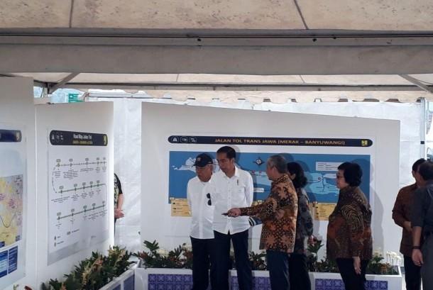 Presiden Joko Widodo dan Menteri Pekerjaan Umum dan Perumahan Rakyat Basuki Hadimuljono saat meresmikan ruas tol Bawen-Salatiga, Senin (25/9).