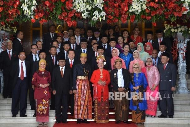 Presiden Joko Widodo dan Wakil Presiden Jusuf Kalla berfoto bersama seusai Sidang Tahunan MPR Tahun 2017 di Kompleks Parlemen, Senayan, Jakarta, Rabu (16/8).