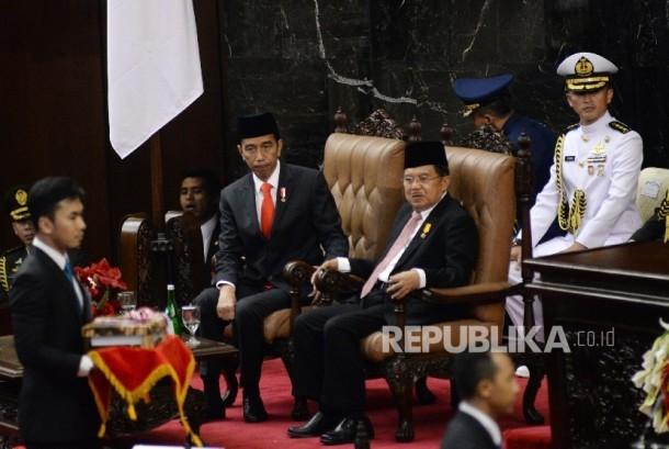 Presiden Joko Widodo dan Wakil Presiden Jusuf Kalla mengikuti Sidang Paripurna DPR Tahun 2017 di Kompleks Parlemen, Senayan, Jakarta, Rabu (16/8).