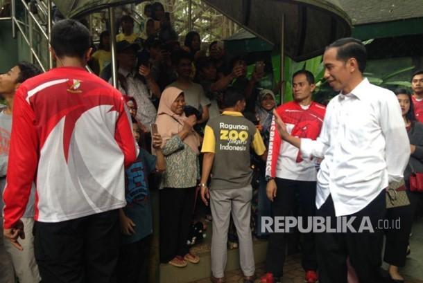 Presiden Joko Widodo (Jokowi) beserta Iriana Jokowi serta anaknya, Kahiyang Ayu dan Kaesang mengunjungi kebun binatang Ragunan, Pasar Minggu, Jakarta Selatan, Kamis (29/6).