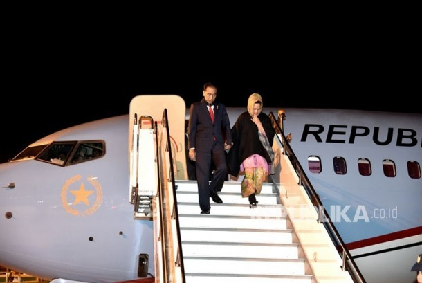 Presiden Joko Widodo (Jokowi) ditemani Ibu Negara dan sejumlah Menteri Kabinet Kerja tiba di Istanbul,Turki. Jokowi akan ikut serta dalam KTT luar biasa OKI, Rabu (13/12l) waktu setempat.