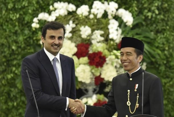 Presiden Joko Widodo (kanan) berjabat tangan dengan Emir Qatar Sheikh Tamim bin Hamad Al Thani (kiri) saat kunjungan kenegaraan di Istana Bogor, Jawa Barat, Rabu (18/10).