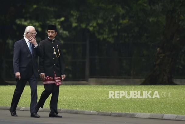 President Joko Widodo (right) is walking alongside with Swedish King Carl XVI Gustaf at the backyard of Bogor Palace, West Java, Monday (May 22).