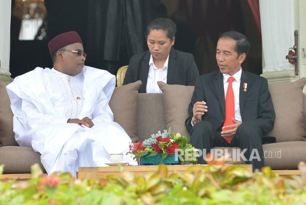 Presiden Joko Widodo (kanan) dan Presiden Republik Niger Issoufou Mahamadou (kiri) melakukan diskusi beranda atau