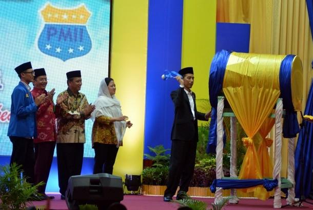 Presiden Joko Widodo (kanan) disaksikan Menteri PMK Puan Mahrani (keempat kiri), Menristek Dikti MUhammad Nasir (ketiga kiri), Gubernur Sulteng Longki Djanggola (kedua kiri) dan Ketua Uumum PB PMII Aminuddin Ma'ruf (kiri) memukul bedug menandai pembukaan Kongres ke-19 Pergerakan Mahasiswa Islam Indonesia (PMII) di Palu, Sulawesi Tengah, Selasa (16/5).