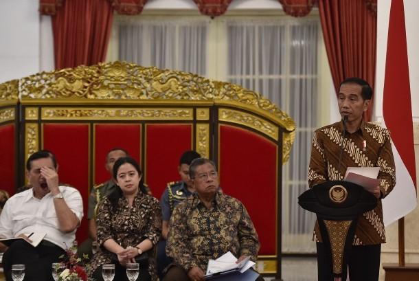 Presiden Joko Widodo (kanan) menyampaikan didampingi sejumlah menteri-menterinya (ilustrasi)