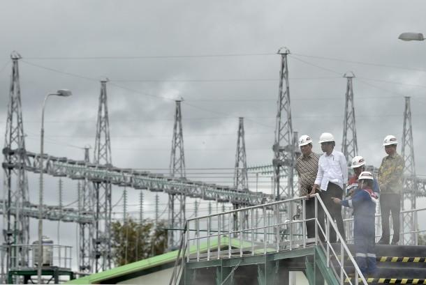 Presiden Joko Widodo (kedua kiri) meninjau Pembangkit Listrik Tenaga Panas Bumi Unit 5 & 6 PT Pertamina Geothermal Energy Lahendong disela-sela peresmian di Tompaso, Kabupaten Minahasa, Sulawesi Utara, Selasa (27/12).