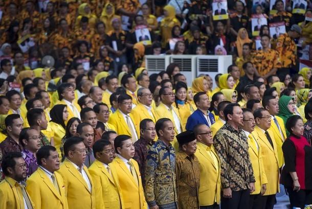 Presiden Joko Widodo (keenam kiri), Presiden ke-3 RI B.J. Habibie (ketujuh kiri), Presiden ke-5 RI Megawati Soekarnoputri (kanan), dan Ketua Umum Partai Golkar Setya Novanto (kelima kiri) menghadiri Penutupan Rapimnas I Partai Golkar 2016 di Istora Senayan