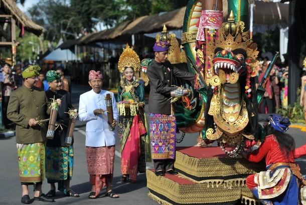 Presiden Joko Widodo (kelima kiri) didampingi Gubernur Bali Made Mangku Pastika (ketiga kiri), Menteri Pariwisata Arief Yahya (kedua kiri) dan Menteri Pendidikan dan Kebudayaan Anies Baswedan, memukul kentongan saat membuka Pesta Kesenian Bali ke-38 di Dep