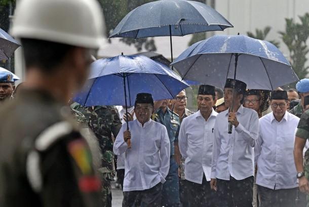 Presiden Joko Widodo (ketiga kanan) didampingi Wakil Presiden Jusuf Kalla (kiri), Menkopolhukam Wiranto dan Menteri Agama Lukman Hakim Syaifuddin (keempat kanan) berjalan menuju Lapangan Silang Monumen Nasional (Monas) untuk mengikuti shalat Jumat bersama