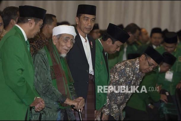 Presiden Joko Widodo (ketiga kiri) bersama Ketua Majelis Syariah PPP Maimun Zubair (kedua kiri), Ketua Majelis Pakar PPP Lukman Hakim Saifuddin (kiri), dan Ketum PPP Romahurmuziy (keempat kiri) dan tamu undangan lainnya mengikuti rangkaian acara penutupan Musyawarah Kerja Nasional (Mukernas) II Bimtek Anggota DPRD Partai Persatuan Pembangunan di kawasan Ancol, Jakarta, Jumat (21/7).