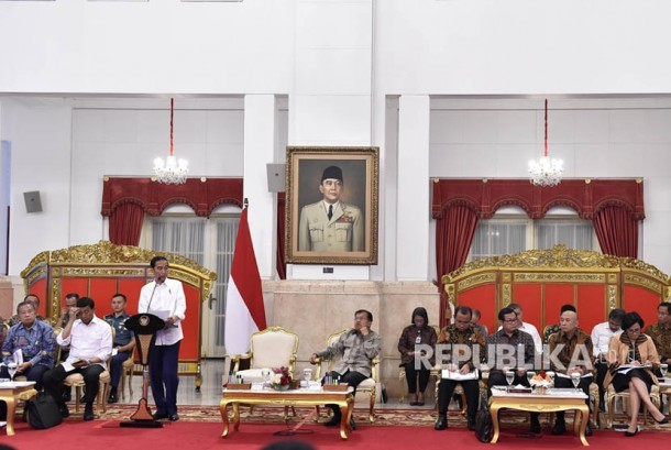 President Joko Widodo (third at left) accompanied by Vice President Jusuf Kalla (center) lead Plenary Cabinet Meeting on RAPBN 2018 at the State Palace, Jakarta, Monday (July 24).