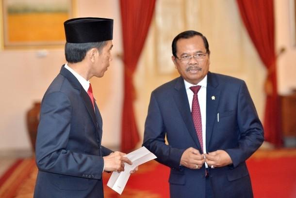 Presiden Joko WIdodo (kiri) berdiskusi dengan Jaksa Agung Prasetyo terkait dokumen Tim Pencari Fakta (TPF) kematian Munir di Istana Negara, Jakarta, Rabu (26/10).