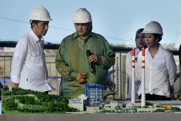 Presiden Joko Widodo (kiri) didampingi Menteri BUMN Rini Soemarno (kanan) dan Bupati Serang Tatu Chasanah (kedua kanan) berbincang dengan Dirut PT PLN Sofyan Basir (kedua kiri) saat meninjau lokasi proyek PLTU (Pembangkit Listrik Tenaga Uap) di Desa Terate, Serang, Banten, Kamis (5/10).