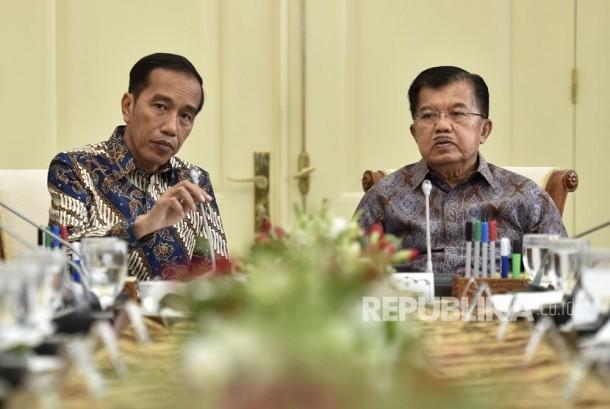 Presiden Joko Widodo (kiri) didampingi Wakil Presiden Jusuf Kalla (kanan)